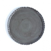Plate with wavy edge